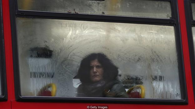 你并未留意公交车上是否有人在注视自己,但你能感觉到有人在这么做。