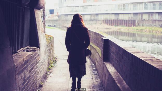 有时你走在漆黑的夜路上会忽然回头、发现某人正注视着你,这其实是有原因的。