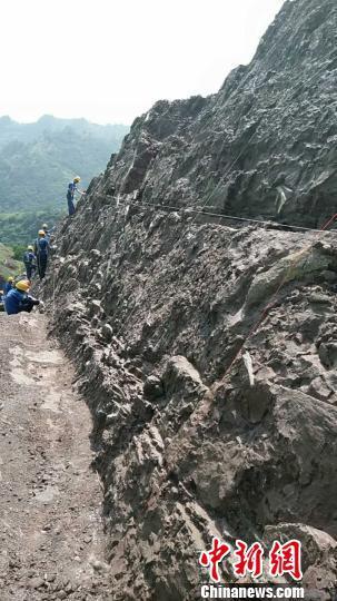 恐龙化石发掘现场。 贺云辉 摄
