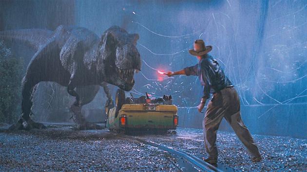 《侏罗纪公园》系列电影给人们留下了这样一种印象,以为霸王龙(学名:Tyrannosaurus rex,又称暴龙)能够全力冲刺地追逐猎物。一项新的模拟研究显示,霸王龙其实并不擅长短跑,甚至都很难进行快步走。
