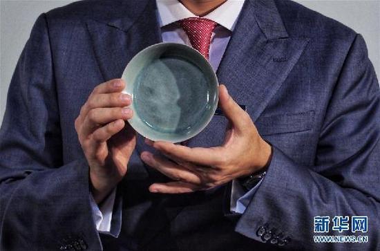 北宋汝窑天青釉洗拍出2.9亿港元 创中国瓷器拍卖纪录